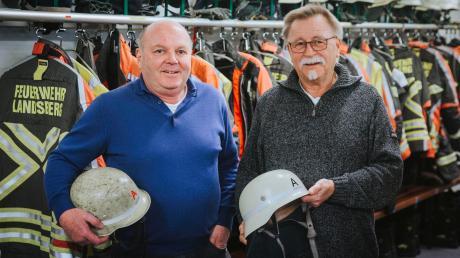 ZweiUrgesteine der Landsberger Feuerwehr beenden ihren aktiven Dienst. Georg Obermayer (links) und Karl-Heinz Novydürfen ihre Helme mitnehmen.