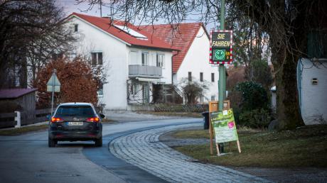 In der Hauptstraße in Schöffelding weisen Smileys die Autofahrer auf ihre Geschwindigkeit hin.