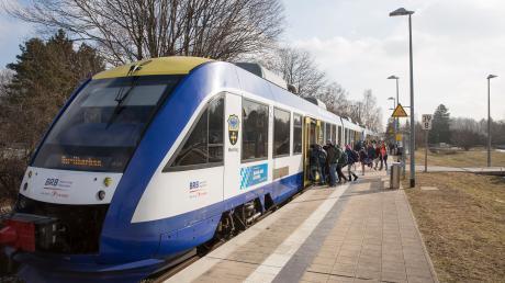 """Die Bayerische Regiobahn will wegen des Sturmtiefs """"Sabine"""" am Montag erst ab 8 Uhr ihren Betrieb aufnehmen. Die S-Bahn plant regulär zu fahren."""