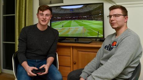 Tobias Sießmeir (links) und Matthias Keller spielen regelmäßig Fußball auf der Playstation Am Samstag nehmen die beiden 20-Jährigen am ersten E-Sport-Cup im Landkreis teil.