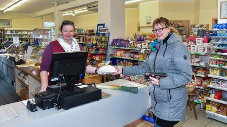 Geschäftsführerin Kerstin Wölfl bedient Kundin Marion Schmid, die mehrfach die Woche im Dorfladen in Hurlach frische Waren einkauft.