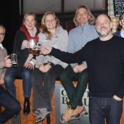 Sie stoßen auf die Zukunft der Bier- und Musikkneipe Craft-Bräu an: (von links) Kieran Smolka (Schriftführer), Klaus Gattinger (Aufsichtsratsvorsitzender), Brigitte Gattinger (Öffentlichkeitsarbeit), Miriam Irle (Finanzvorstand), Claus Bakenecker (Mitglied im Aufsichtsrat), Claus Lehmann (Vorstandsvorsitzender), Bettina Sandrock (stellvertretende Vorsitzende im Aufsichtsrat), und Martin Meier (Vorstand).