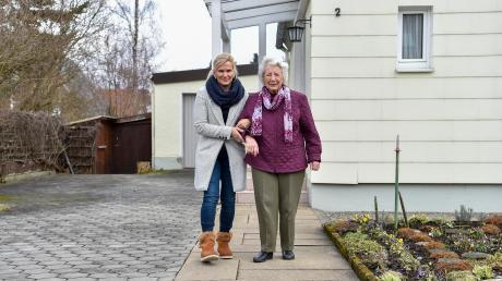 Sissy Kratzer besucht regelmäßig Emma Degle in Erpfting. Im Landsberger Stadtteil gibt es eine Nachbarschaftshilfe.
