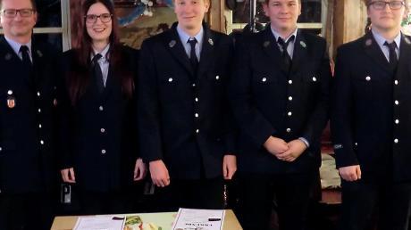 Von links bei der Feuerwehr Ellighofen: Kommandant Robert Pfatischer, Lena Eierle, Joshua Keller, Florian Martin und Adrian Pfatischer.