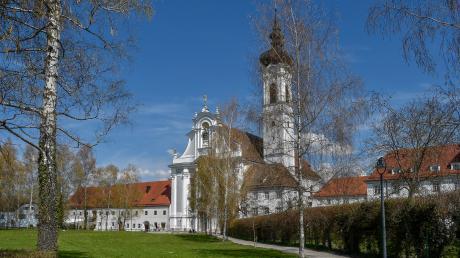 Die Klöster haben Dießen mitgeprägt. Besonders sichtbar wird dies am ehemaligen Chorherrenstift mit dem Marienmünster.