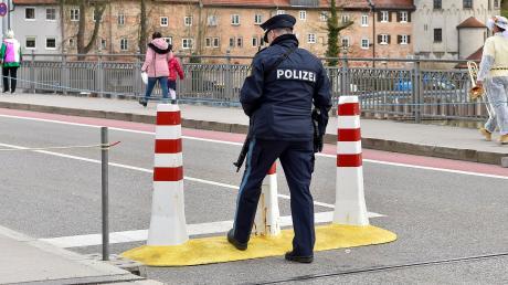 Anti-Terror-Schutz und schwer bewaffnete Polizisten gehören mittlerweile auch zum Landsberger Fasching.
