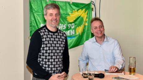 Wirtschaft und Ökologie: Darüber tauschten sich derBundestagsabgeordneteDieter Janecek (links) und OB-Kandidat Moritz Hartmann mit Besuchern im Sportzentrum aus.