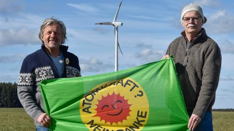 Wolfgang Michalke (links) und Wolfgang Weisensee vor einem ihrer Windräder in Krähmoos im Fuchstal. Die beiden setzten schon früh auf erneuerbare Energien.