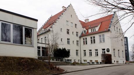 Schnäppchenjäger können am Freitag das noch verbliebene Inventar der Schlossbergschule in Landsberg ersteigern.