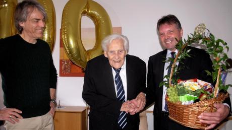 Greifenbergs Zweiter Bürgermeister Hagen Adler (rechts) überreichte ein Präsent der Gemeinde. Martin Mielke (links) freut sich mit seinem Vater Kurt Mielke.