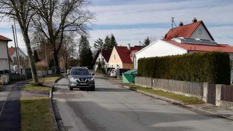 Die Hauptstraße in Prittriching muss dringend saniert werden. Und es gibt noch andere Straßen in der Gemeinde, die sich in einem schlechten Zustand befinden.