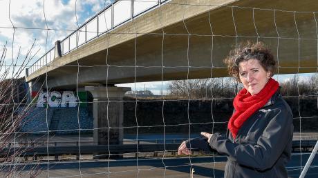 Andrea Mittermeir vom Verein Katzentatzen in Moorenweis zeigt den Fundort der toten Katzen an der Brücke über die B17 zwischen Kaufering und Igling.