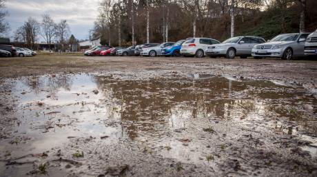 Schlammig: Parkplatz auf der Bossewiese am Sportzentrum Landsberg.