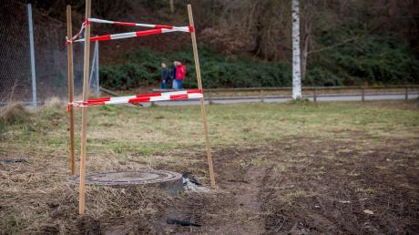 Ein Hindernis auf dem Parkplatz auf der Bossewiese am Sportzentrum Landsberg: Der Kanaldeckel