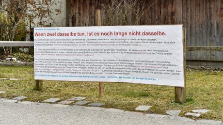 """Auch am Faschingsdienstag sind die Wahlplakate in Dießen ein heißes Thema, beispielsweise auf dieser großen Tafel beim """"Unterbräu""""."""