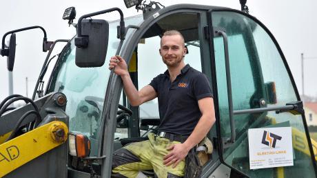 Elektromeister Tobias Linke ist Landratskandidatfür dieBayernpartei. Freizeit bleibt ihm neben demBeruf wenig, er ist Mitglied des Hofstettener Trachtenvereins. Und erfährt sehr gerne Radlader, wie hier zu sehen ist.