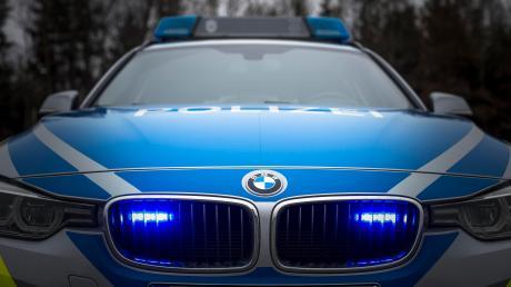 Ein junger Mann hat in Landsberg ein Kennzeichen eines Polizeiautos abgerissen.