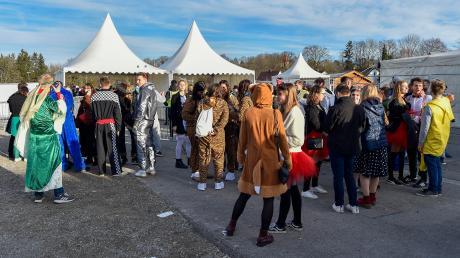 """Beim """"Zirkus der Narren"""" am Lumpigen Donnerstag auf der Waitzinger Wiese macht die Polizei um 21.40 Uhr die Musik aus. Auf den Dörfern durfte im Fasching länger gefeiert werden."""