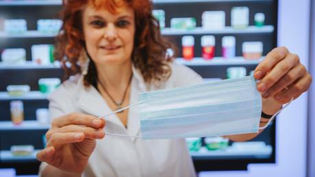 Beim Ausbruch des Coronavirus im Landkreis Landsberg Ende Januar kauften viele Landsberger Mundschutz.Jetzt haben viele Bürger Angst. Karin Kuret von der Linda Apothekezeigt einen Mundschutz.
