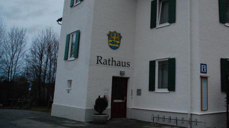 Das Rathaus in Utting. Soll die Verwaltung in ein altes Bankgebäude ziehen oder das bestehende Rathaus stilecht saniert und erweitert werden?