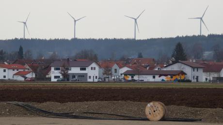 Der Ausbau der Windkraft vor Ort ist ein wichtiges Thema im Wahlkampf in Fuchstal. Die Stromtrasse (im Vordergrund) von den vier Windrädern zum Standort von Batteriespeicher und Wärmetopf wurde bereits verlegt.