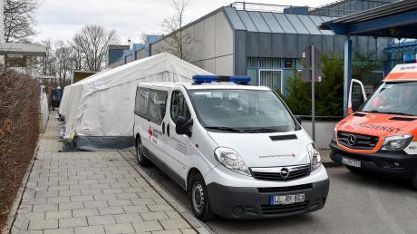 Die Zelte neben der Notaufnahme des Klinikums Landsberg werden jetzt täglich für eine Stunde genutzt, um Menschen zu untersuchen, die in Risikogebieten waren oder Kontakt mit einem Infizierten hatten.
