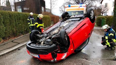 Auf dem Dach landete am Dienstagmorgen ein Auto bei einem Unfall in der Neudießener Straße in Dießen.
