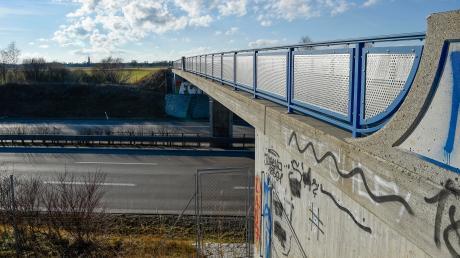 Hier führt bei Igling eine Brücke über die B17. Auf dem Mittelstreifen der Bundesstraße wurdenacht Katzenkadaver gefunden.