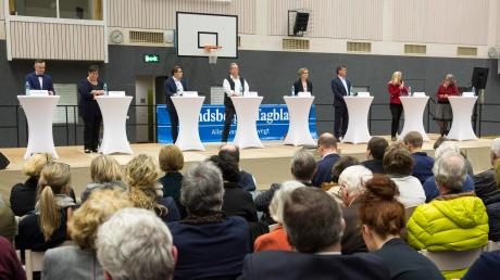 Auf dem Podium (von links): Moderator Dominic Wimmer (Landsberger Tagblatt) und die Kandidaten Hanni Baur, Florian Zarbo, Volker Bippus, Marianne Scharr, Roland Kratzer, Sandra Perzul sowie Gabriele Übler.
