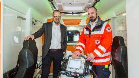 Der BRK-Kreisverband Landsberg hat einen neuen Rettungswagen vorgestellt. Links: BRK-Kreisgeschäftsführer Andreas Lehner und Christian Haberkorn (Leiter Rettungsdienste).