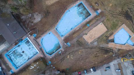 Das Warmfreibad in Greifenberg auf einer aktuellen Luftaufnahme. Es soll erneuert werden. Zuletzt hat die Gemeinde den Bauantrag des Landratsamts genehmigt.