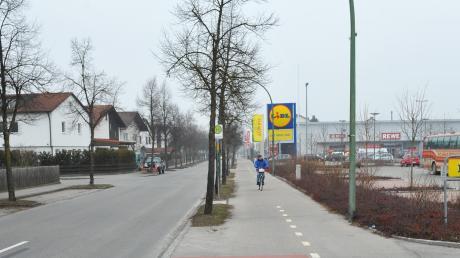 Auf diesem Parkplatz (rechts) in der Kolpingstraße in Kaufering hat sich der Unfall ereignet.