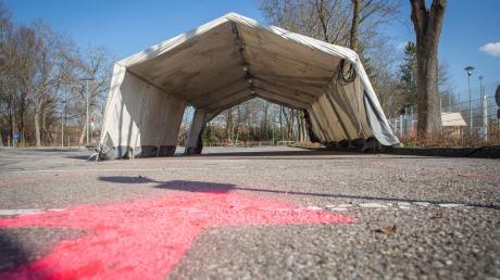 Ein Drive-In-Zelt am Parkplatz an der Eishalle in Landsberg: Hier entsteht eineCorona-Prüfstation, die am morgigen Freitag den Betrieb aufnimmt.