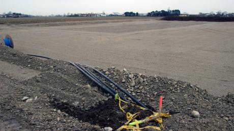 """An diesem Standort östlich von Leeder werden der Wärmetopf und die weiteren Einrichtungen des Projektes """"Energiezukunft"""" gebaut. Im Vordergrund sind die von den Windkraftanlagen führenden Stromkabel zu sehen."""