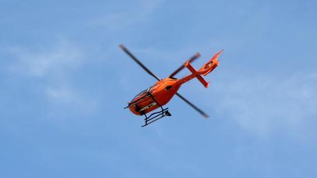 Mit einem Rettungshubschrauber wurde der schwer verletzte Bub in eine Unfallklinik geflogen.