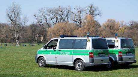 """In Bayern gibt es ab Mitternacht Ausgangsbeschränkungen. Auch die Polizei Landsberg wird mit mehr Präsenz darauf reagieren und kontrollieren, ob Bürger, die unterwegs sind, auch einen """"triftigen Grund"""" haben."""