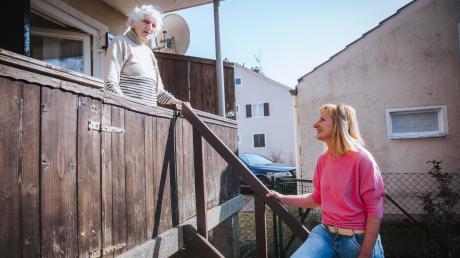Irene Bleicher aus Erpfting besucht Ursula Scholz (95) und hilft wo sie kann. Wichtig ist aber immer auch Abstand halten.