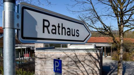 Der Wegweiser zeigt Richtung Finninger Rathaus: Am Sonntag entscheidet sich, wer dort die nächsten sechs Jahre als Bürgermeister arbeitet.