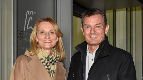 Nach der Wahl am 15. März haben sich Doris Baumgartl (UBV) und Mathias Neuner (CSU) vor der Stadtverwaltung fotografieren lassen. Am Sonntag, 29. März, entscheidet sich in einer Stichwahl, wer Oberbürgermeister wird.