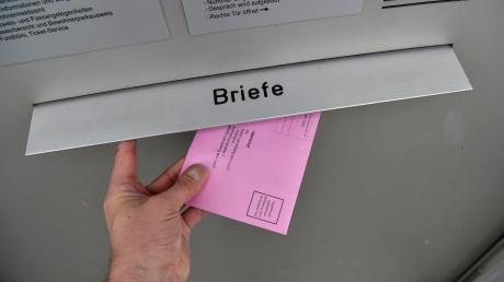 Am Briefkasten der Stadtverwaltung in Landsberg können die Briefwahl-Kuverts eingeworfen werden.