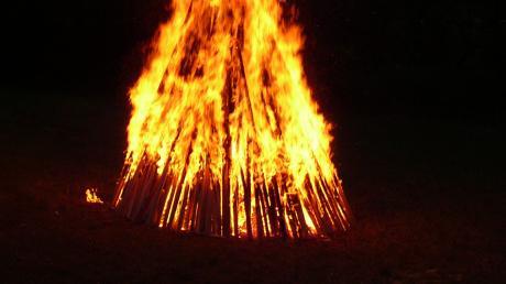 Die Polizei Landsberg hat am Freitag am Penzinger Baggersee eine Runde an einem Lagerfeuer aufgelöst.
