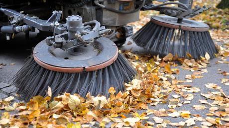 Kehrmaschine statt Schneepflug: Der milde Winter sorgte dafür, dass von den Bauhofmitarbeitern andere Arbeiten verrichtet wurden.