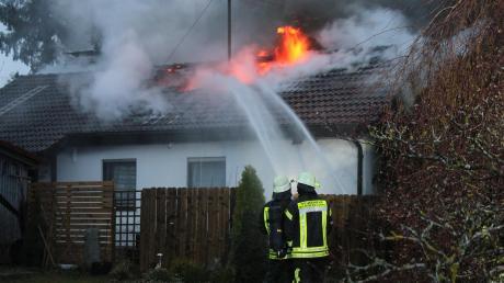 Die Feuerwehr löschte den Brand eines Einfamilienhauses in Schöffelding. Durch das Feuer entstand ein Sachschaden von 300000 Euro.