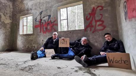 """Der Fotokünstler Harry Sternberg, der Issinger Künstler Franz Hartmann und der Dießener Künstler Janos Fischer (von links) in der Ruine der ehemaligen Munitionsfabrik im Landsberger Frauenwald. Dort ist das Projekt """"Kunst hält Wache"""" geplant."""