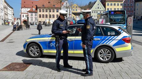 Das Aufgabenfeld der Polizei hat sich etwas verändert. Die Beamten überprüfen häufig, ob die Ausgangsbeschränkungen eingehalten werden. Unser Foto zeigt eine Streife auf dem Landsberger Hauptplatz.
