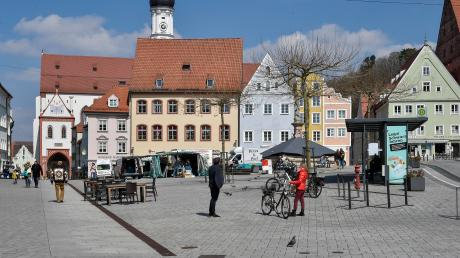 Auch an diesem Wochenende blieb es auf den Straßen und Plätzen in Landsberg und im Landkreis ruhig. So sah es am Samstagmittag am Hauptplatz aus.