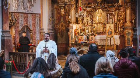 Pfarrer Ioan-Petru Scipciuc feiert mit der rumänisch-orthodoxen Gemeinde einen Gottesdienst in der ehemaligen Klosterkirche der Ursulinen in Landsberg. Das Foto wurde noch vor der Inkraftsetzung der Corona-Ausgangsbeschränkungen gemacht.