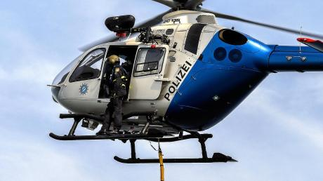 Mit einem Hubschrauber suchte die Polizei am Montagabend nach einer möglicherweise vermissten Person.