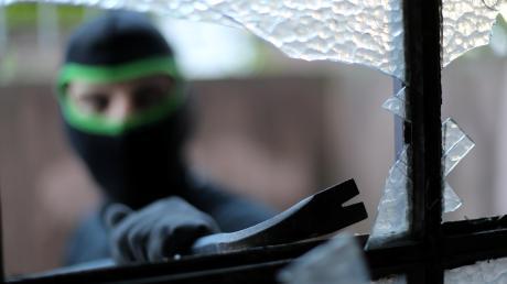 Zwei mutmaßliche Serientäter sollen 24 Einbrüche in den Landkreisen Neu-Ulm und Günzburg begangen haben.
