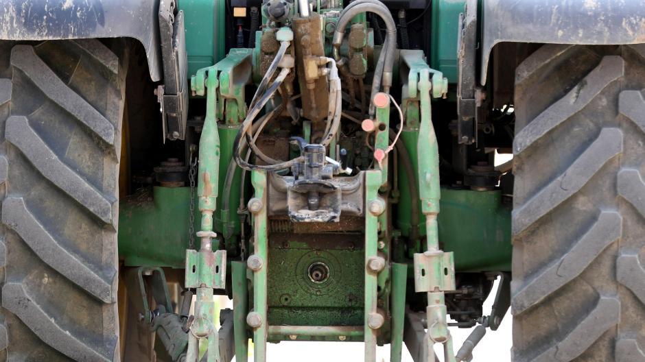 Bei einem tragischen Unfall bei Peiting ist ein Kleinkind von einem Traktor überrollt worden.